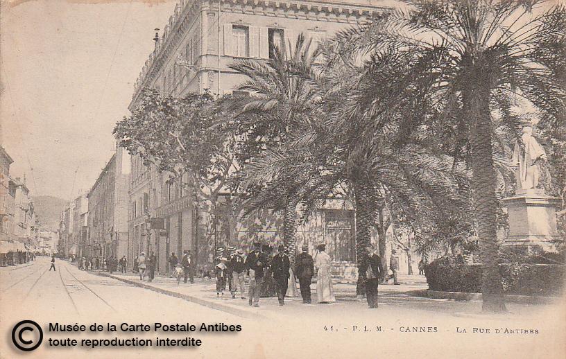 Carte postale ancienne représentant la rue d'Antibes à Cannes, issue des réserve du musée de la carte postale, à Antibes.