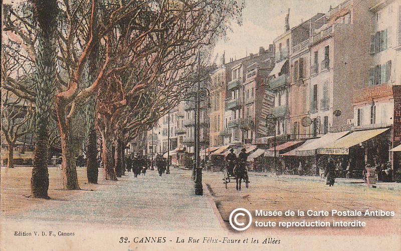 Carte postale ancienne représentant la place de l'Hôtel de ville et les Allées à Cannes, issue des réserve du musée de la carte postale, à Antibes.