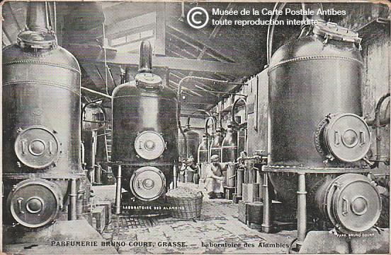 Carte postale représentant les alambics de la parfumerie Bruno Court à Grasse.