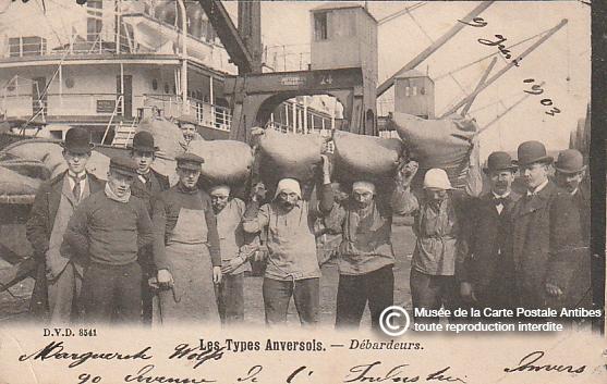 Carte postale ancienne représentant les types Anversois, débardeurs.