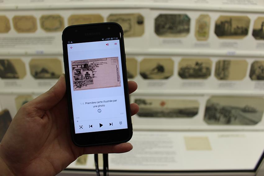 L'histoire des cartes postale racontée dans un audioguide au musée de la carte postale, à Antibes.
