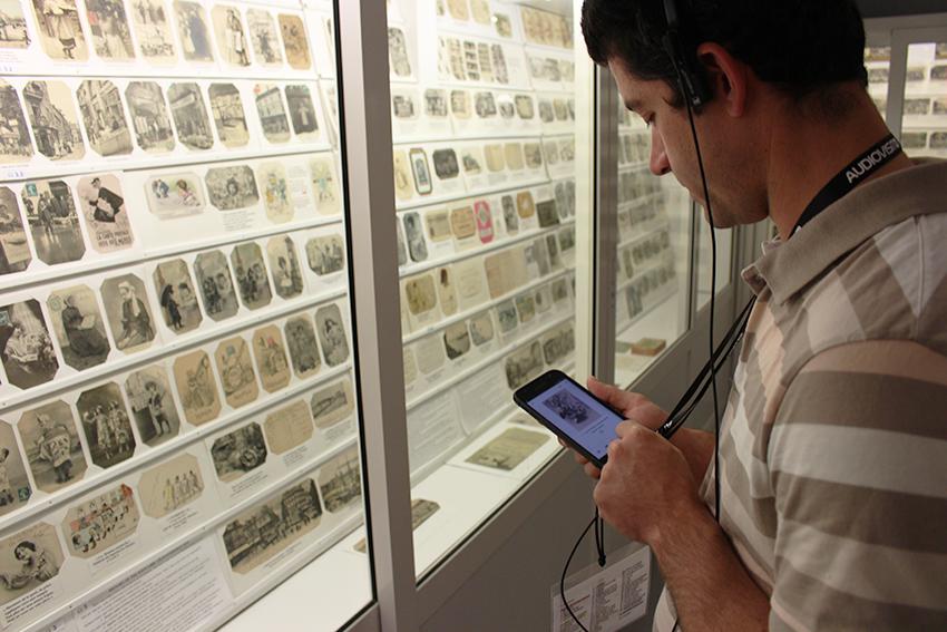 Visite audioguidée au musée de la carte postale, à Antibes.