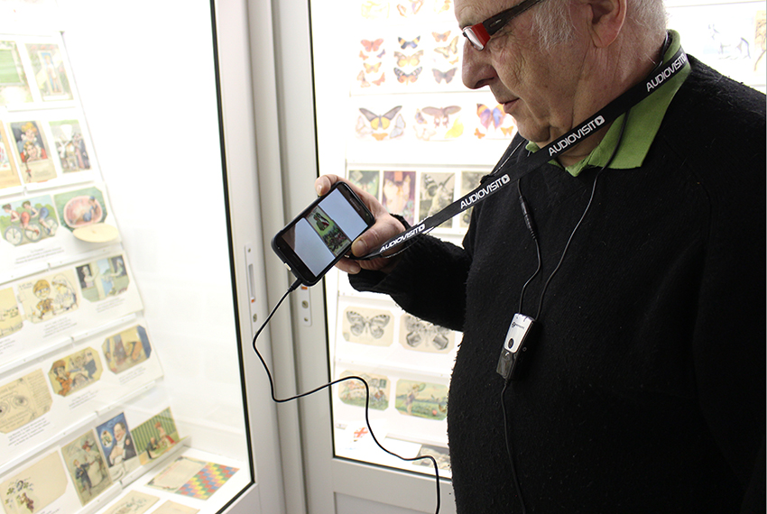 Audioguide équipé de boucle à induction pour personne malentendante appareillée, au musée de la carte postale, à Antibes.