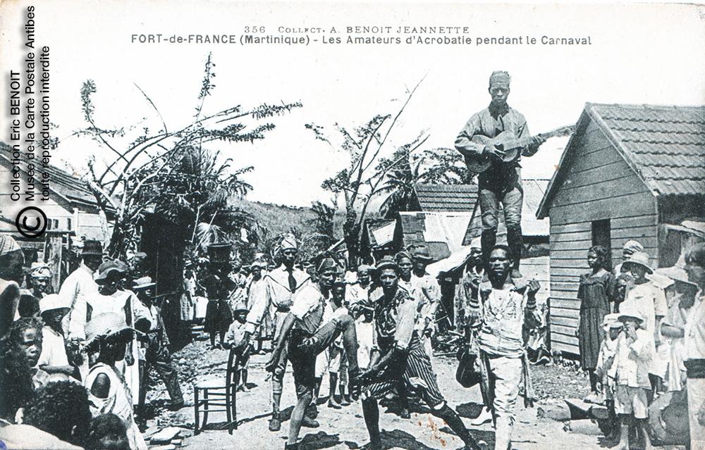 Carte postale (photo d'Armand BENOIT-JEANNETTE) représentant les amateurs d'acrobatie pendant le carnaval de Fort de France, en Martinique.