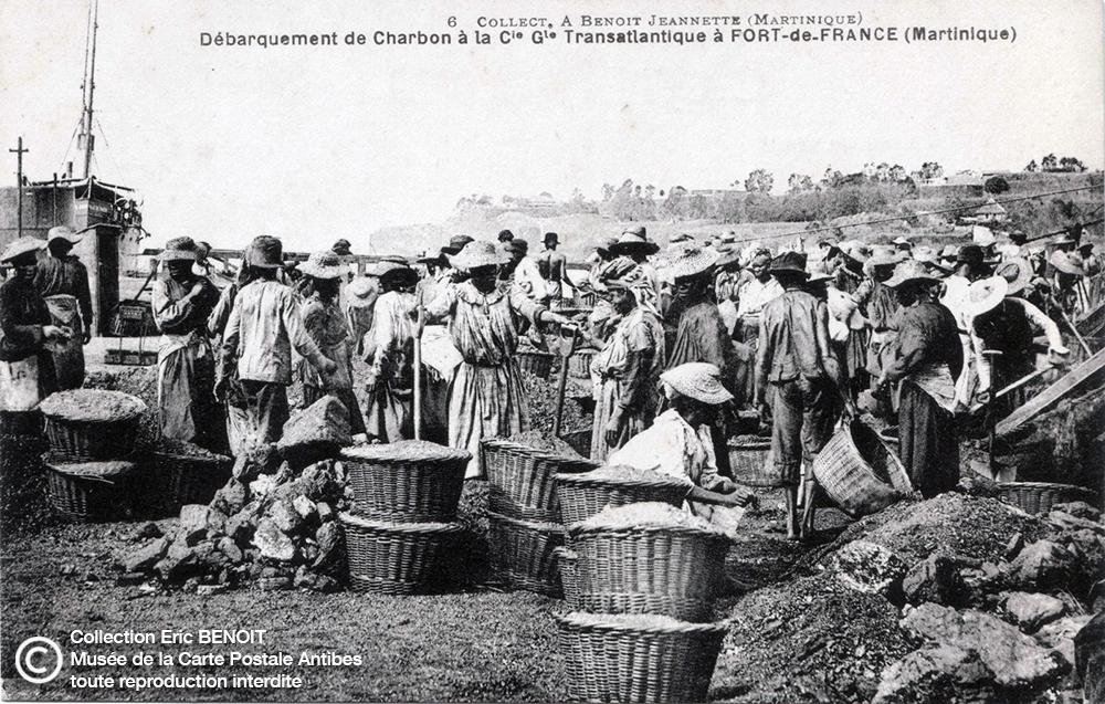 Carte postale (photo d'Armand BENOIT-JEANNETTE) représentant le débarquement de charbon à la compagnie générale Transatlantique de Fort de France, en Martinique.