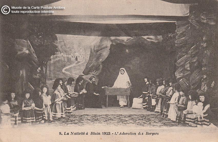 Carte postale ancienne représentant une crèche, issue des réserves du Musée de la Carte Postale, à Antibes.