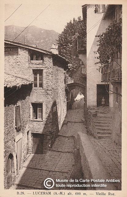 Carte postale ancienne représentant le village de Lucéram (06) issue des réserves du Musée de la Carte Postale à Antibes.