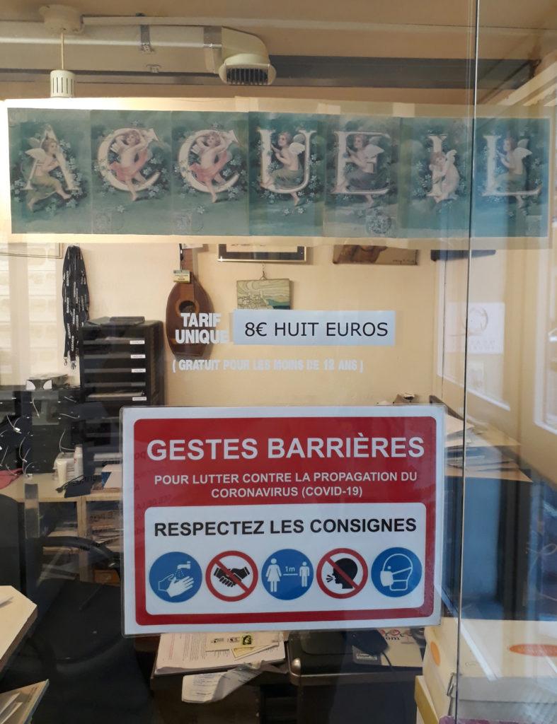 Signalétique COVID Musée de la Carte Postale : gestes barrières à respecter.
