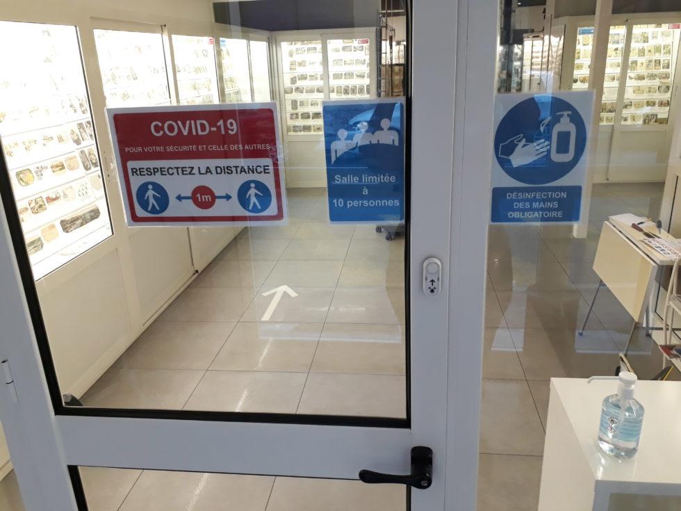 Signaletique COVID Musée de la Carte Postale : distances de sécurité et gel hydroalcoolique.