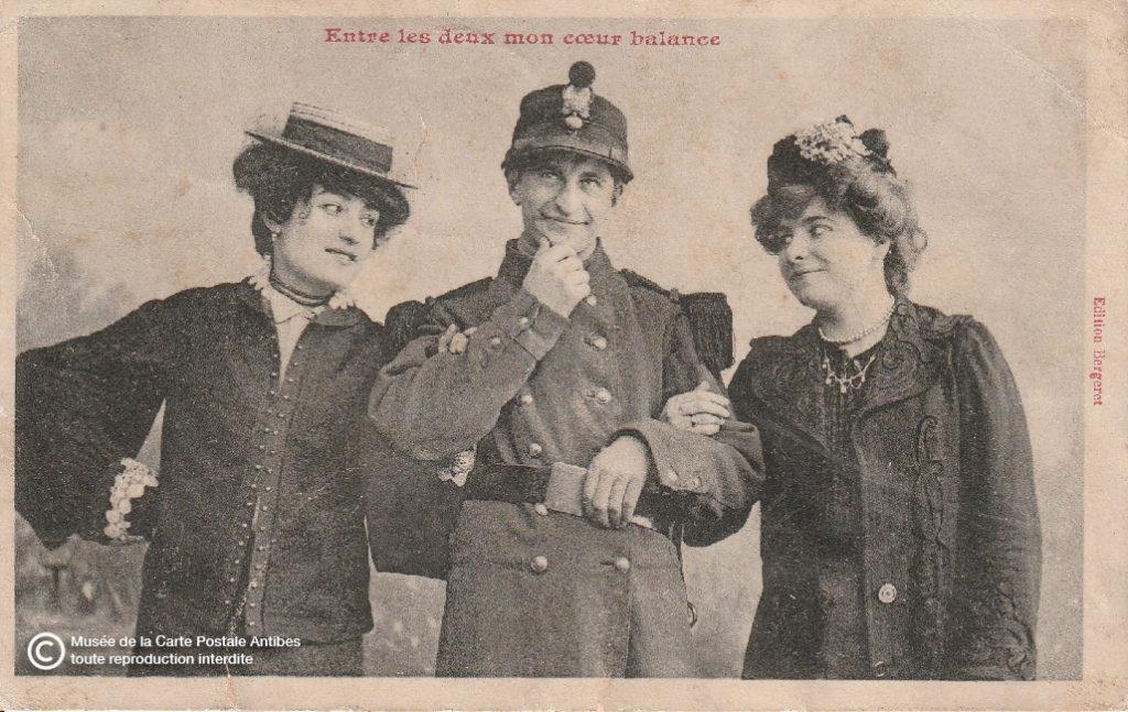 Carte postale ancienne illustrant l'adage : « Entre les deux mon cœur balance ».