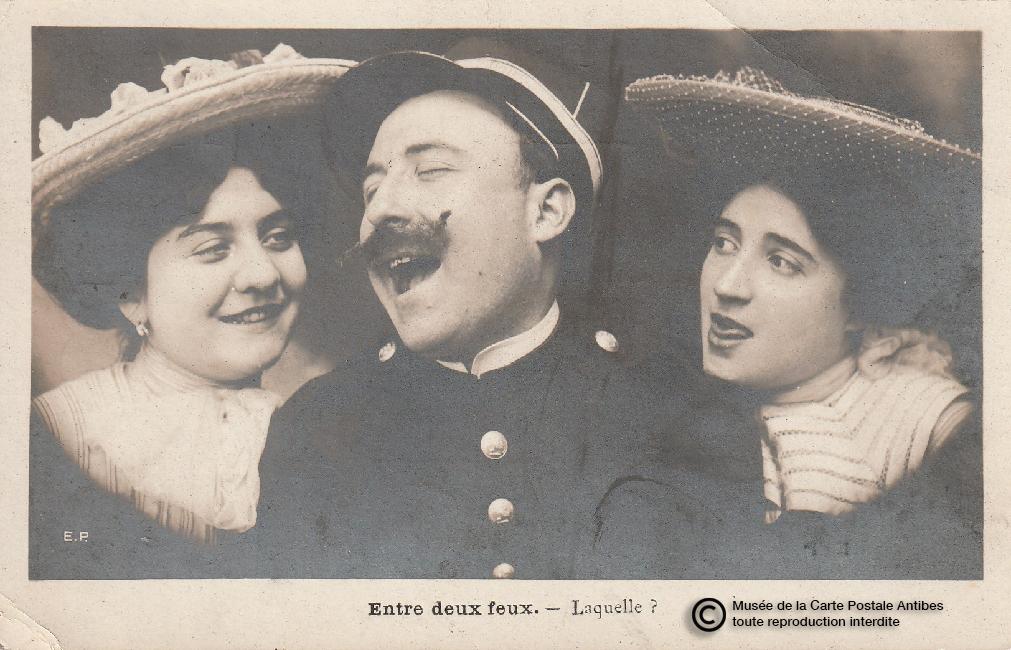 """Carte postale ancienne illustrant le choix amoureux """"entre deux feux""""."""