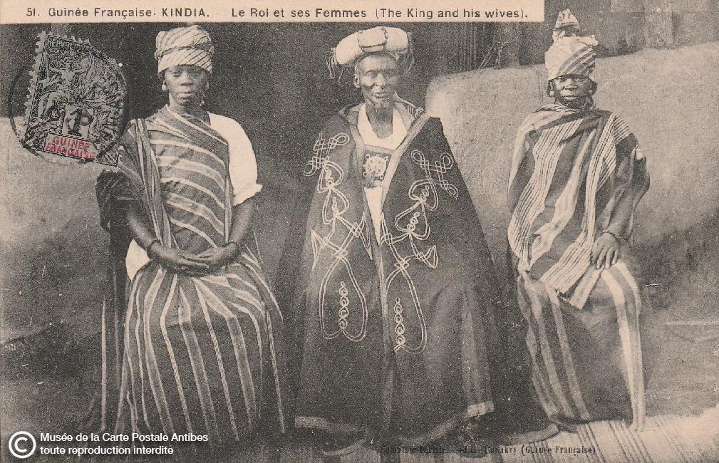 Carte postale ancienne représentant le roi de Guinée et ses femmes.